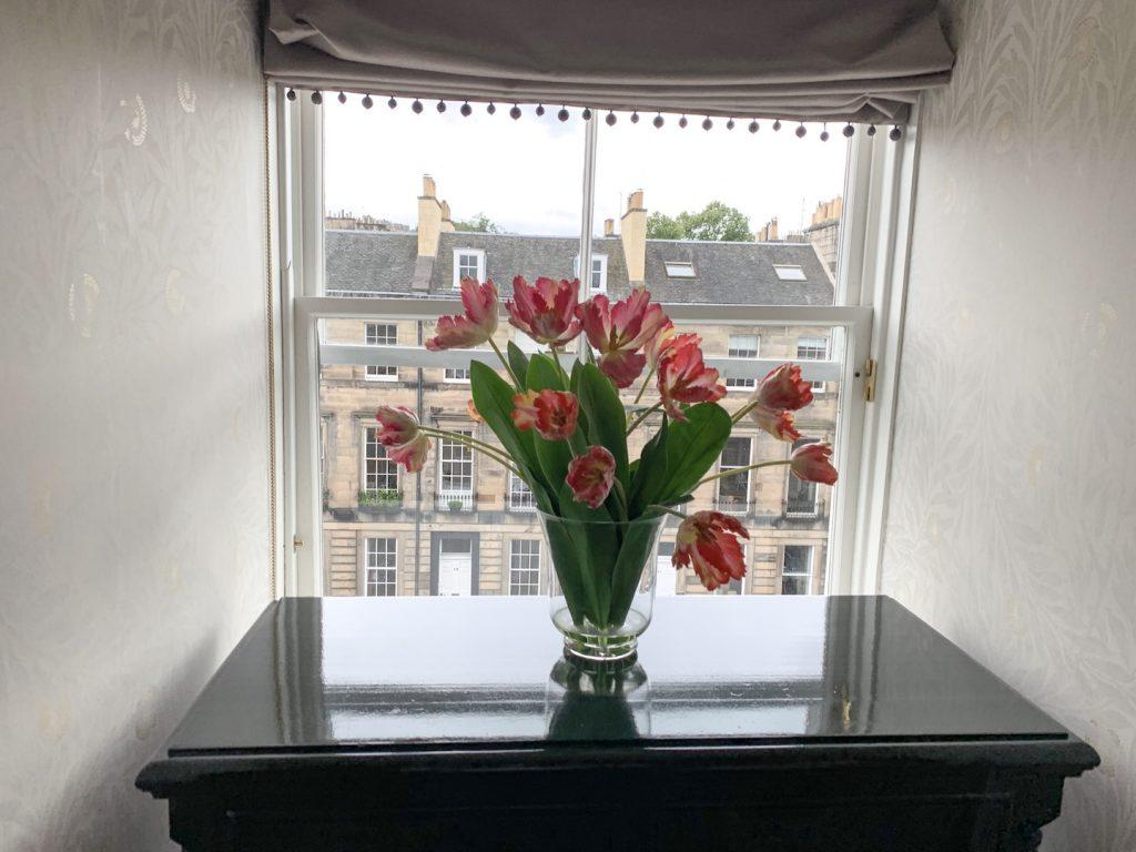 Nira Caledonia Executive Plus room flowers