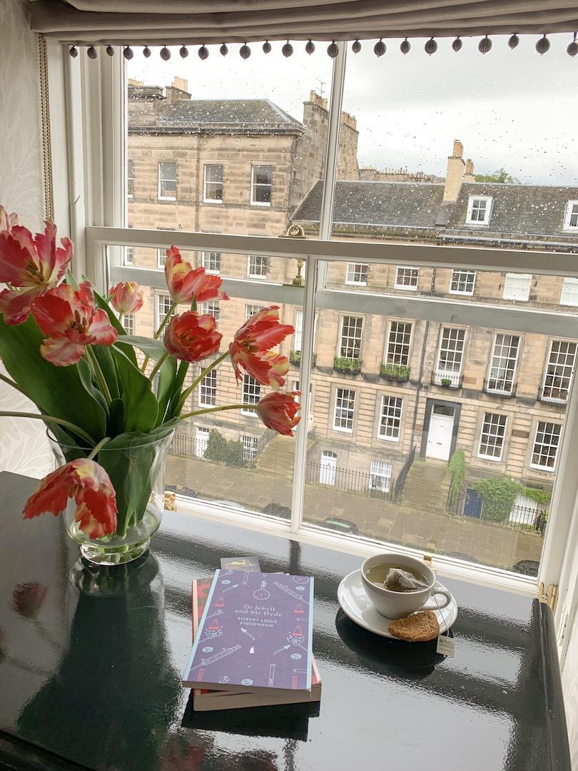 Nira Caledonia Executive plus view and books